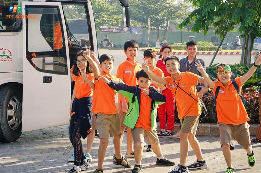 Hoạt động trải nghiệm thực tế thu hút sự quan tâm và hứng thú của các em học sinh. Trên suốt đường đi, mọi người luôn thể hiện niềm vui và tinh thần sảng khoái. Đoàn còn trải qua những trò chơi vận động vui nhộn, làm quen với không khí của một buổi dã ngoại.