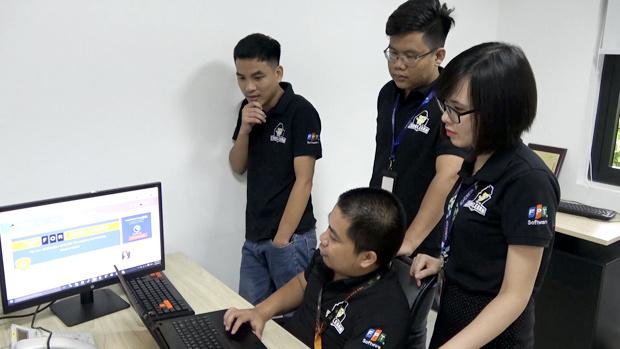 Nền tảng CodeLearn được chuyên gia công nghệ FPT Cao Văn Việt và các cộng sự phát triển từ năm 2018. Hệ thống Codelearn có 3 tính năng lớn là cung cấp khóa học giúp người lập trình nâng cao trình độ; tổ chức thi và rèn luyện qua các bài tập ở nhiều cấp độ; xếp hạng người dùng qua từng thời gian. Để thiết lập CodeLearn cần ứng dụng nhiều công nghệ mới như compiler, AI, docker, AWS… Nền tảng hỗ trợ người dùng sử dụng 5 loại ngôn ngữ lập trình gồm C++, Java, Js, Python và C#. Bên cạnh đó, để đáp ứng lượng người truy cập lớn, CodeLearn sử dụng kiến trúc trên nền tảng cloud AWS, cùng công nghệ chat, notify… Sau nửa năm hoạt động, CodeLearn có 10.000 người đăng ký sử dụng trên toàn cầu. Trong quá trình vận hành, CodeLearn nhận nhiều đánh giá tốt. Trong đó, người dùng hài lòng do IDE của hệ thống thân thiện, tốc độ cao, có các khóa học tiếng Việt, sự kiện đa dạng… Đến nay CodeLearn đã tổ chức hơn 20 cuộc thi cho học viên Fresher academy; 3 cuộc thi ra các trường ĐH FPT, ĐH Giao thông vận tải ĐH Quy Nhơn và hơn 10 trường đại học tại TP HCM. Trong nội bộ FPT Software, nền tảng là nơi tổ chức thi lập trình cho gần 600 CBNV.