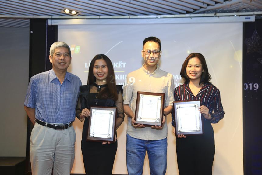 Ở phần khen thưởng, anh Nguyễn Tuấn Hùng - Giám đốc FPT HCM đã trao các danh hiệu: Tập thể Quản lý Cán bộ hiệu quả cho FPT IS HR HCM, Tập thể Đào tạo xuất sắc cho Trung tâm Đào tạo - Phòng Huấn luyện và Đào tạo FPT Telecom, Tập thể Tuyển dụng hiệu quả cho Phòng Tuyển dụng FPT Telecom.