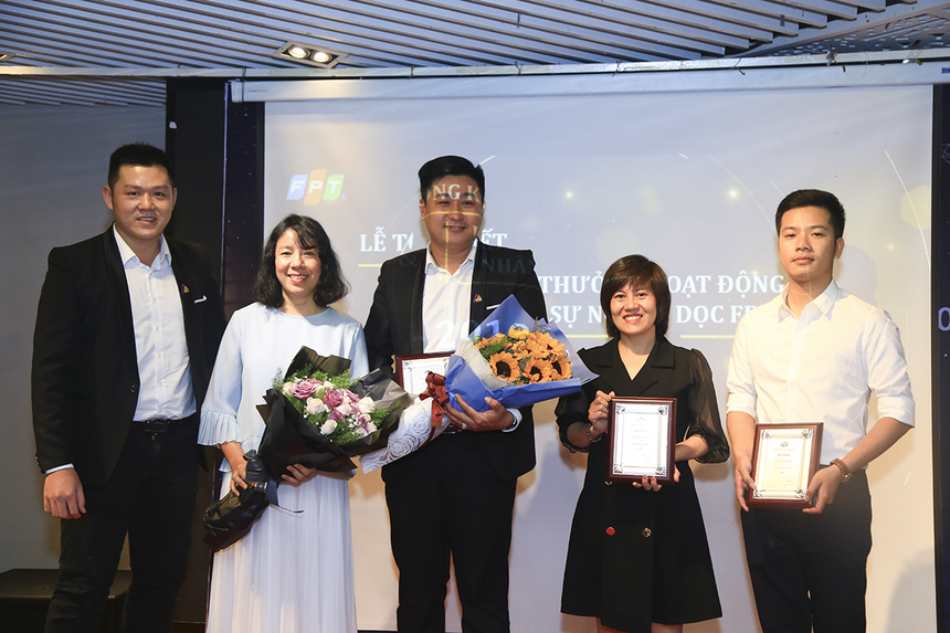 Trong số 16 cá nhân được tôn vinh, anh Nguyễn Thanh Phong (FPT Retail, giữa), chị Nguyễn Thị Vọng (FPT Software, thứ 2 từ phải sang) và anh Nguyễn Văn Hiếu (FPT Telecom, phải ngoài cùng) đã được trao tặng danh hiệu Cán bộ Đào tạo xuất sắc.