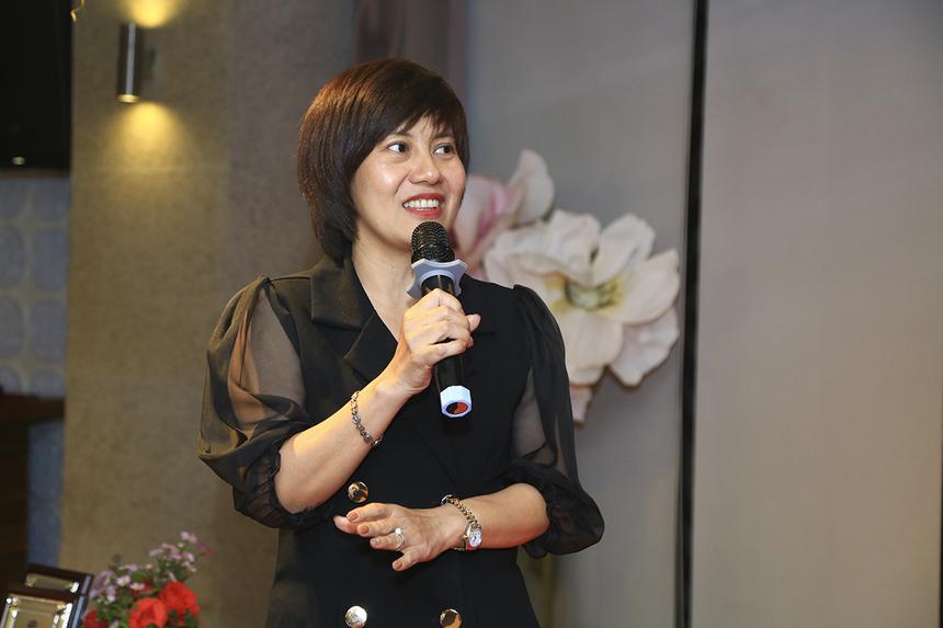 Chị Nguyễn Thị Vọng (FPT Software) rất bất ngờ khi nhận giải thưởng tôn vinh thành quả cá nhân trong năm qua. Trưởng ban Đào tạo FPT Software HCM hy vọng trong thời gian tới sẽ có nhiều gương mặt trẻ, giàu năng lượng hơn để tạo ra sự phát triển cho ngành Nhân sự FPT.