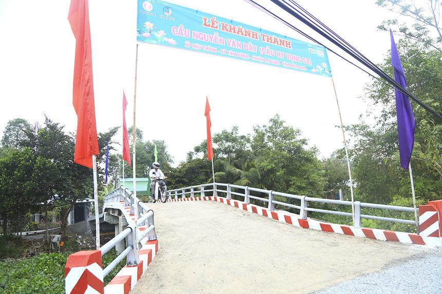 Đây là cây cầu Hy Vọng thứ 52 được xây dựng trong mục tiêu hoàn thành 100 cây cầu ở ĐBSCL trong vòng 2 năm của Quỹ Hy vọng. Tổng kinh phí xây dựng cầu là 482 triệu đồng. Trong đó, Quỹ Hy vọng hỗ trợ 300 triệu đồng,ngân sách huyện Lai Vung đối ứng 160 triệu đồng, phần còn lại do gia đình Anh hùng Nguyễn Văn Bảy và người dân đóng góp 300 ngày công lao động.