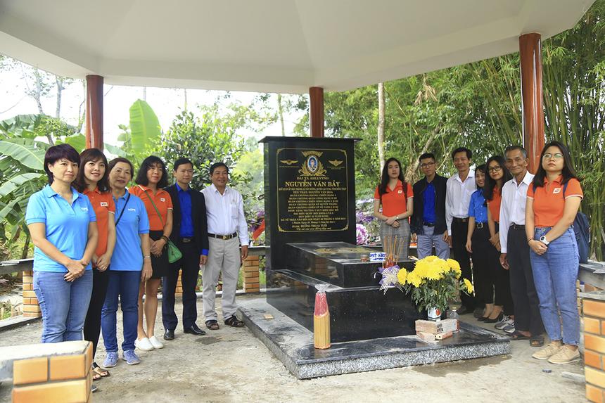 Những thành viên nhà F và chính quyền địa phương đã thắp hương tri ân người anh hùng phi công Nguyễn Văn Bảy trước khi khánh thành cây cầu mang tên ông. Người dân và Quỹ Hy vọng đã nỗ lực hoàn thành cây cầu đúng vào dịp 100 ngày mất của ông.