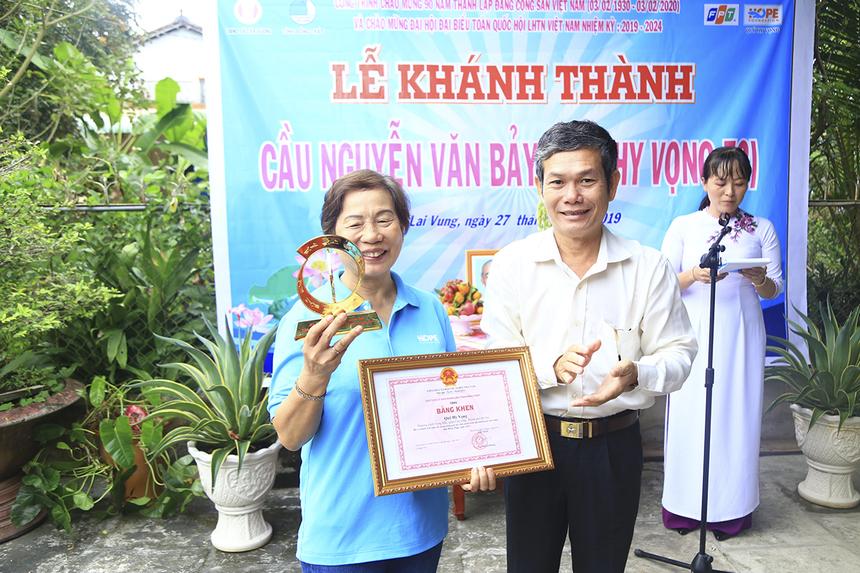Trong dịp khánh thành cầu Hy Vọng 52, UBND tỉnh Đồng Tháp cũng đã trao tặng bằng khen và huy hiệu nhằm ghi nhận những nỗ lực đóng góp vì cộng đồng của Quỹ Hy vọng.
