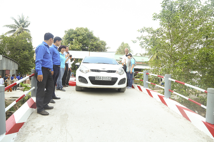 Những cây cầu Hy Vọng 57 và 18 ở huyện Vĩnh Thạnh đã góp phần thay đổi diện mạo giao thông nông thôn ở địa phương khi lần đầu tiên xe ô tô đã có thể qua lại giữa hai bờ kênh.