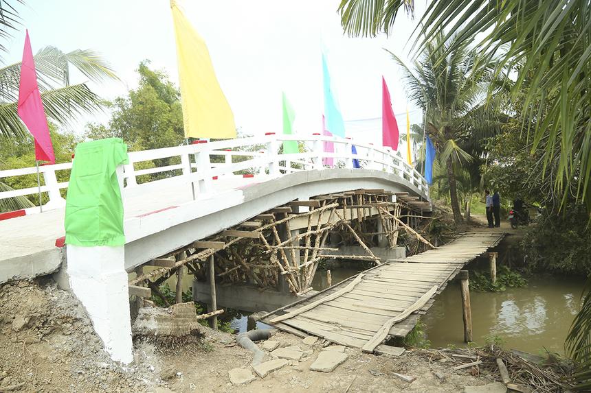 Cầu Hy Vọng 49 và 18 cũng được khánh thành ở huyện Cờ Đỏ với kinh phí 300 triệu đồng, trong đó Quỹ Hy vọng hỗ trợ 50%. Các cây cầu đều có chiều ngang 3,5m, độ thông thuyền 4m và sẽ thay thế hoàn toàn những cây cầu cũ bằng ván gỗ đã xuống cấp.