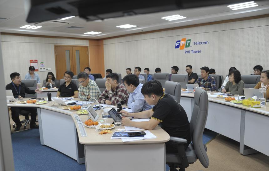 """Cao Văn Việt - tác giả sản phẩm Code Learn cảm thấy thoải mái khi hoàn thành phần bảo vệ trước hội đồng: """"Tất cả những gì muốn nói về ứng dụng học lập trình online đều được trình bày hết nên không còn gì hối tiếc"""". Anh Việt ấn tượng với những câu hỏi về """"sự khác biệt của sản phẩm khi mang ra thị trường"""" của BGK. Đây cũng là điều mà Cao Văn Việt cùng các đồng đội đang nghiên cứu. Theo đó, hệ thống Codelearn có 3 tính năng lớn là cung cấp khóa học giúp người lập trình nâng cao trình độ; tổ chức thi và rèn luyện qua các bài tập ở nhiều cấp độ; xếp hạng người dùng qua từng thời gian. Để thiết lập CodeLearn cần ứng dụng nhiều công nghệ mới như compiler, AI, docker, AWS… Nền tảng hỗ trợ người dùng sử dụng 5 loại ngôn ngữ lập trình gồm C++, Java, Js, Python và C#. Đối với anh Việt, Codelearn đang giải quyết được nhiều bài toán cho người học, nhà tuyển dụng và câu chuyện thương hiệu cho tổ chức."""