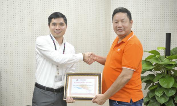 GĐ sản phẩm Bùi Đình Giáp nhận HC Chiến công hạng Nhất từ Chủ tịch FPT Trương Gia Bình. Ảnh: Thế Trâm