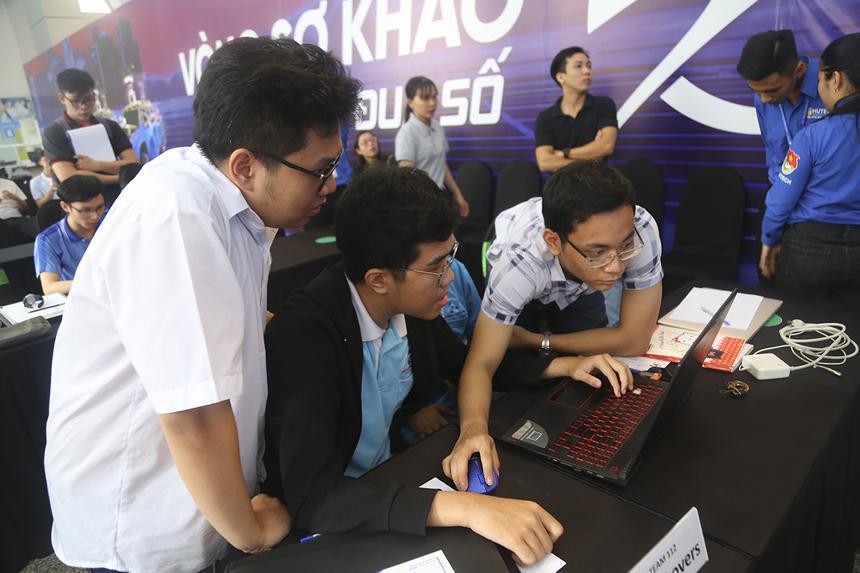 Sáng 4/1, tại Đại học Công nghệ TP HCM (Hutech) cơ sở Bình Thạnh đã diễn ra lượt trận đầu tiên Vòng loại Cuộc đua số mùa 4 khu vực phía Nam với sự tham gia của 5 đội thi đến từ ĐH Bách khoa (ĐHQG TP HCM).