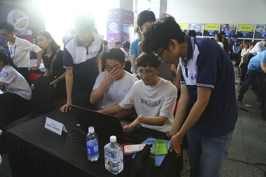 Các chàng trai đội 220 gặp khó khăn trong những thao tác đầu tiên. Đây là một trong hai đội thi của buổi thi thứ hai (bị hủy do không đủ số lượng đội thi) đến tham dự thi.