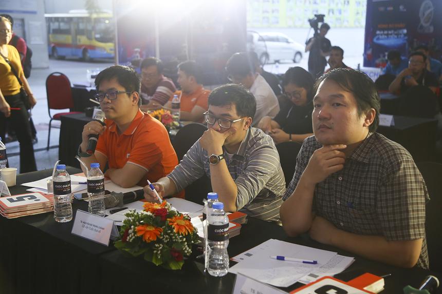 Ban giám khảo buổi thi cuối gồm anh Phạm Quang Việt (FPT Software), TS Nguyễn Đỗ Trung Chánh (Cố vấn Cuộc đua số) và TS Bùi Hà Đức (Giảng viên khoa Cơ khí máy - ĐH SPKT TP HCM) đã dành nhiều câu hỏi khó cho các đội thi.