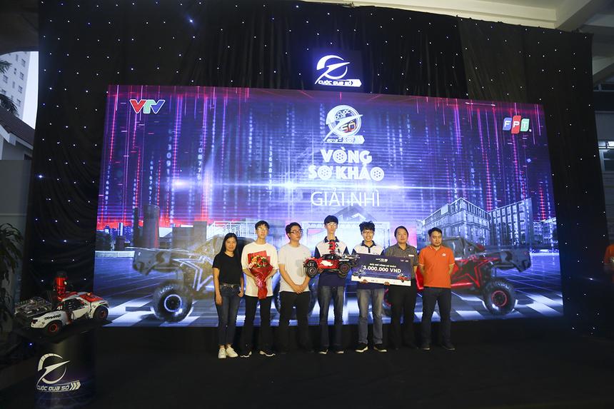 4 chàng trai đến từ đội 220 (ĐH KHTN - ĐHQG TP HCM) giành giải Nhì với 5,94 điểm, qua đó nhận phần thưởng 3 triệu đồng tiền mặt cùng chiếc xe mô hình để bước vòng Bán kết.