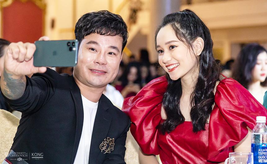 Ngồi cạnh nhau, nhà thiết kế Trần Thiện Khánh tranh thủ selfie cùng nhân vật Hà Lan trong phim Mắt biếc.