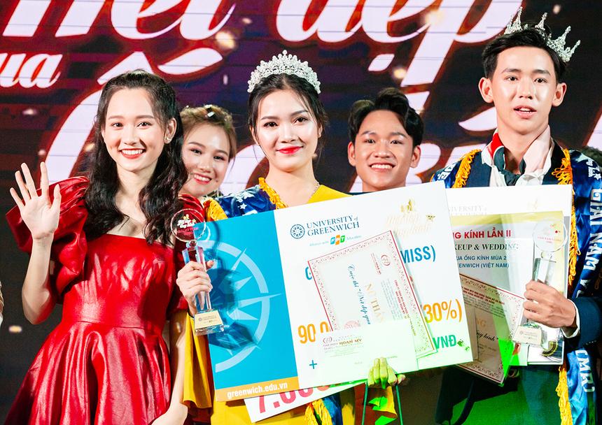 Trúc Anh thân thiện và duyên dáng khi lên sân khấu trao giải Nữ thần và Nam vương cho thí sinh Nguyễn Thị Mỹ Tâm, THPT Duy Tân, tỉnh Quảng Nam, và Bùi Anh Toàn, THPT Phan Châu Trinh, TP Đà Nẵng.
