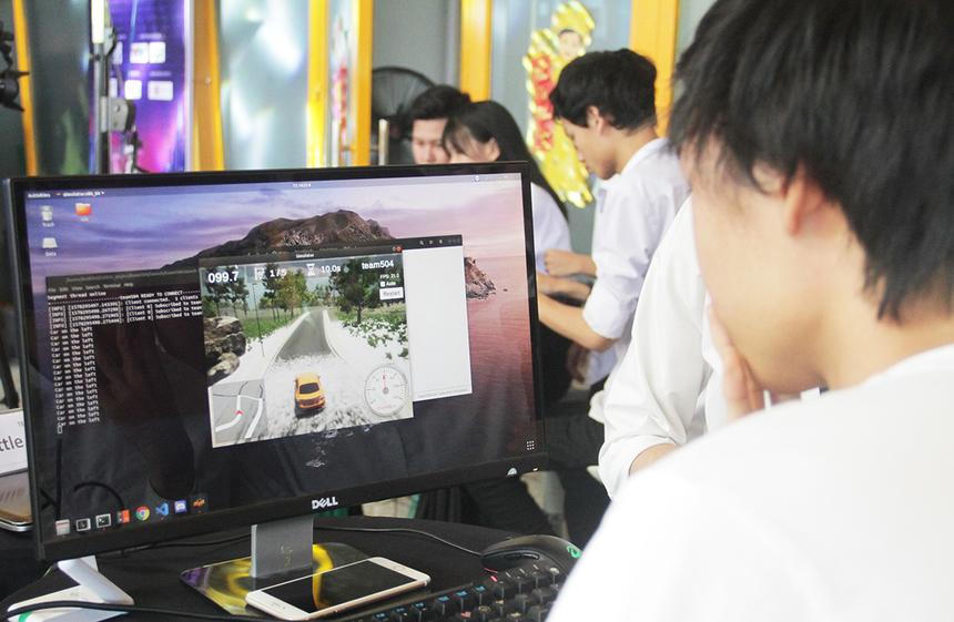 Trước khi bước vào chương trình, Ban tổ chức cung cấp cho các đội thi mộtphần mềm mô phỏng xe và môi trường xe chạy gồm nhiều vòng đua. Phần mềm cung cấp cho độithi các hàm điều khiển xe, góc nhìn thu được từ camera gắntrên xe... Mỗi đội có 30 phút để tối ưu thuật toán. Hết 30 phút, các độiđóng gói mã nguồn của đội và gửi lại Ban tổ chức.