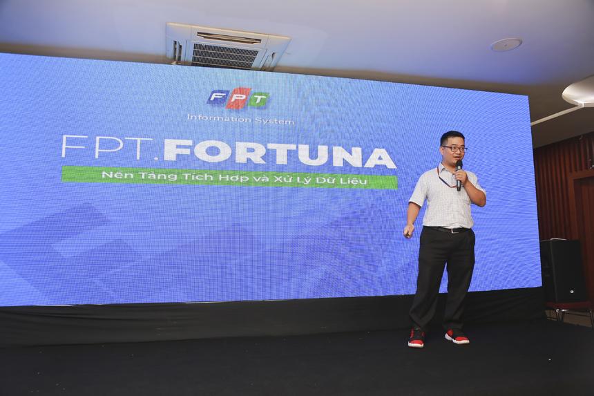 """Theo bốc thăm, anh Phạm Minh Tuấn là người trình bày trước về sản phẩm FPT.Fortuna. Anh Tuấn khẳng định sáng tạo là một trong những tiêu chí hàng đầu của iKhiến bởi vậy anh muốn nhấn mạnh yếu tố này ở sản phẩm FPT.Fortuna. Anh đưa ra nhiều ưu điểm của Fortuna như: cho phép tích hợp một phần dữ liệu; đảm bảo tính riêng tư và bảo mật. Bí mật về công nghệ; tối ưu hóa về khả năng và tốc độ lưu trữ... Khối chính phủ thông qua FPT.Fortuna thì được xây dựng chuẩn hóa hơn về dữ liệu, tạo thành một quá trình tự nhiên. Anh tiết lộ thêm trong vòng ba năm tới, FPT.Fortuna sẽ tiếp tục triển khai rộng ra các địa phương tiềm năng như Cần Thơ, Quảng Ninh, Bình Định. Ở phần 24 giây, anh Tuấn tóm tắt: """"FPT.Fortuna là giải pháp tích hợp dữ liệu, giúp tổ chức quy hoạch và khai thác dữ liệu để phục vụ cho quá trình chuyển đổi số. Đặc điểm nổi trội của Fortuna là chúng tôi đã có những sáng tạo trong cách tiếp cận cũng như cách xử lý vấn đề. Chúng tôi tin rằng Fortuna có thể giúp Việt Nam trong câu chuyện chuyển đổi số để tiếp cận với thế giới"""". 7 từ được tác giả Phạm Minh Tuấn đưa ra là """"Trái tim chuyển đổi số Việt Nam""""."""