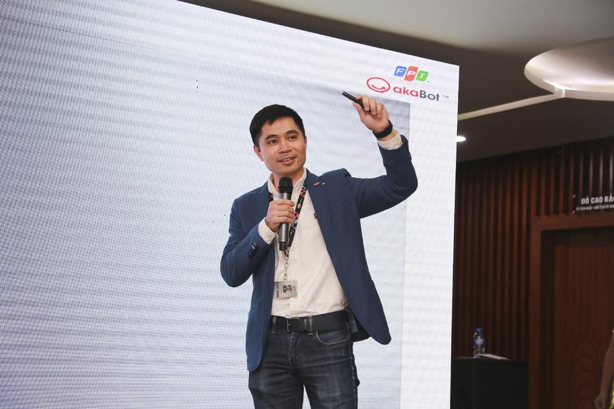 """Ở phần trình bày tiếp theo, anh Bùi Đình Giáp khẳng định akaBot là một giấc mơ lớn. """"Chỉ trong vòng 3 tháng, chúng tôi đã có khách hàng đầu tiên ở Việt Nam và tháng 12 vừa qua, chúng tôi có khách hàng đầu tiên ở Nhật Bản. Chúng tôi đã triển khai nhiều platform ở FPT Telecom và FPT Software"""". Anh cho biết hiện akaBot có 13 khách hàng trên 6 quốc gia như: Nhật Bản, Đài Loan.... trong đó có những tập đoàn lớn như: King Power… Và Nhật Bản sẽ là thị trường trọng điểm của akaBot trong năm tới. Ở 24 giây, anh Giáp tóm tắt: """"Chúng tôi mang đến đây sản phẩm akaBot - phần mềm tự động hóa quy trình nghiệp vụ tích hợp AI, tích hợp OCR (nhận diện ký tự quang học) giúp các bạn có thể giảm chi phí vận hành lên đến 70%"""". Với 7 từ, tác giả Bùi Đình Giáp đưa ra slogan: """"Empowering your digital workforce""""."""