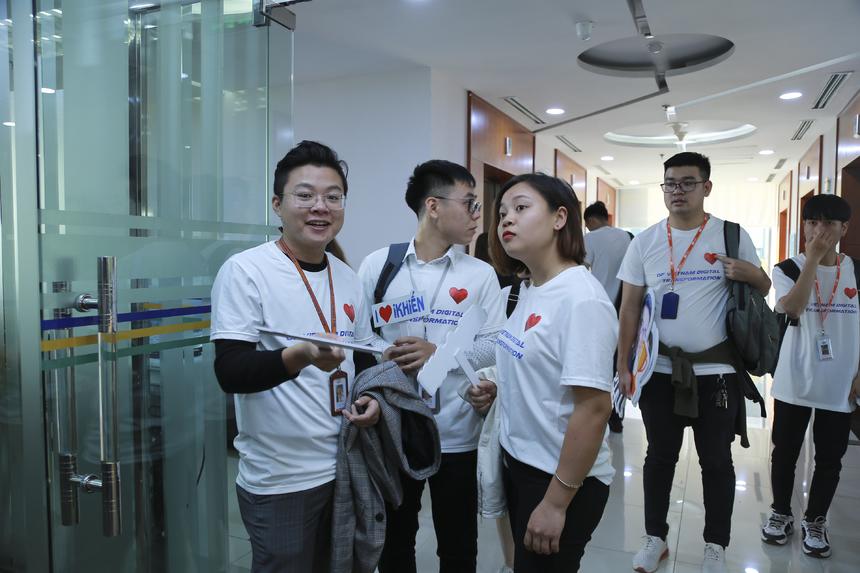 Từ gần 16h, cổ động viên FPT IS có mặt tại tòa nhà FPT 17 Duy Tân, Cầu Giấy, Hà Nội. 120 người Hệ thống tập trung tại sảnh tòa nhà, nhận áo, biển ngữ cổ động. Chị Chu Thị Nhâm, phụ trách lực lượng cổ vũ FPT IS, cho hay phần lớn CBNV xuất phát từ Keangnam. Cạnh đó ,nhiều cổ động viên đã vượt quãng đường 10 km để có mặt cổ vũ cho đội nhà.