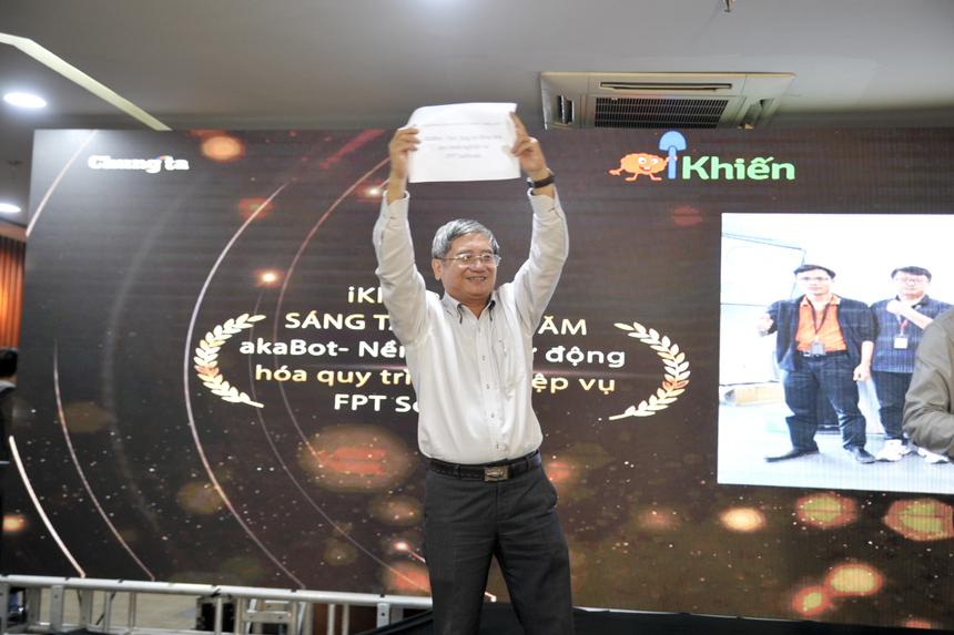 Trên sân khấu, anh Khoa trao lại kết quả cho Phó Chủ tịch FPT Bùi Quang Ngọc. Giơ cao lá phiếu ghi kết quả, anh Ngọc tuyên bố Nền tảng akaBot của FPT Software là Quán quân iKhiến 2019.