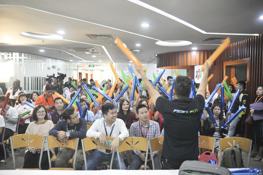 Đội cổ động của FPT Software cũng kéo đến đông đảo ngay sau đó và hào hứng tập luyện một cách bài bản trước khi bước vào trận đấu.