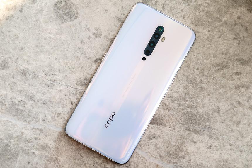 Oppo Reno2 F được vinh danh ở hạng mục điện thoại tốt nhất dành cho giới trẻ với 8,27 điểm. Model được bán với giá 8,9 triệu đồng, điểm nhấn chính nằm ở cụm 4 camera gồm: camera chính 48 megapixel, ống kính góc siêu rộng 8 megapixel và 2 camera 2 megapixel. Máy cũng hỗ trợ AI để tự động nhận diện ngữ cảnh và điều chỉnh ánh sáng cho phù hợp. Người dùng Oppo hướng đến là giới trẻ, nên Reno2 F đặc biệt trú trọng vào camera selfie. Model này dùng camera trượt ở trên đỉnh với 12 màu đèn LED phát sáng khác nhau. Ống kính 16 megapixel cho khả năng selfie ấn tượng với chế độ xoá phông mượt mà. 10 bộ lọc màu trong máy cũng giúp người dùng có thể sáng tạo và lựa chọn màu sắc theo sở thích riêng.Oppo Reno2 F dùng màn hình 6,5 inch, độ phân giải Full HD. Máy chạy hệ điều hành Android 9.0 trên nền tảng chip Helio P70, RAM 8 GB và bộ nhớ trong 128 GB. Viên pin 4.000 mAh cũng hỗ trợ sạc nhanh Super VOOC 3.0.