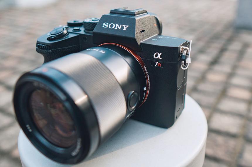 """Sony A7R Mark IV được tổng điểm 8,9 và trở thành máy ảnh xuất sắc nhất Tech Awards 2019. Chiếc mirrorless """"full-frame"""" đầu bảng của Sony gây ấn tượng với cảm biến Exmor R CMOS độ phân giải 61 megapixel. Máy dùng bộ xử lý BIONZ X và chip ngoại vi LSI. Ở chế độ crop APS-C, máy chụp ảnh ở độ phân giải 26 megapixel, có thể tăng lên 240 megapixel nhờ chế độ chụp Pixel Shift. Máy hỗ trợ ISO từ 100 đến 32.000, mở rộng lên mức tối đa 102.400 và tối thiểu là 50. Hai tính năng mới nhất trên A7R Mark IV là Real-Time Eye AF và Real-Time Tracking sử dụng AI để nhận diện, tra dấu chủ thể. Đây cũng là lần đầu tiên Real-Time Eye AF áp dụng được ở chế độ phim. Tại Việt Nam, Sony A7R Mark IV có giá gần 90 triệu đồng, phù hợp với những người chụp ảnh quảng cáo, thời trang, phong cảnh cần in ra khổ lớn."""