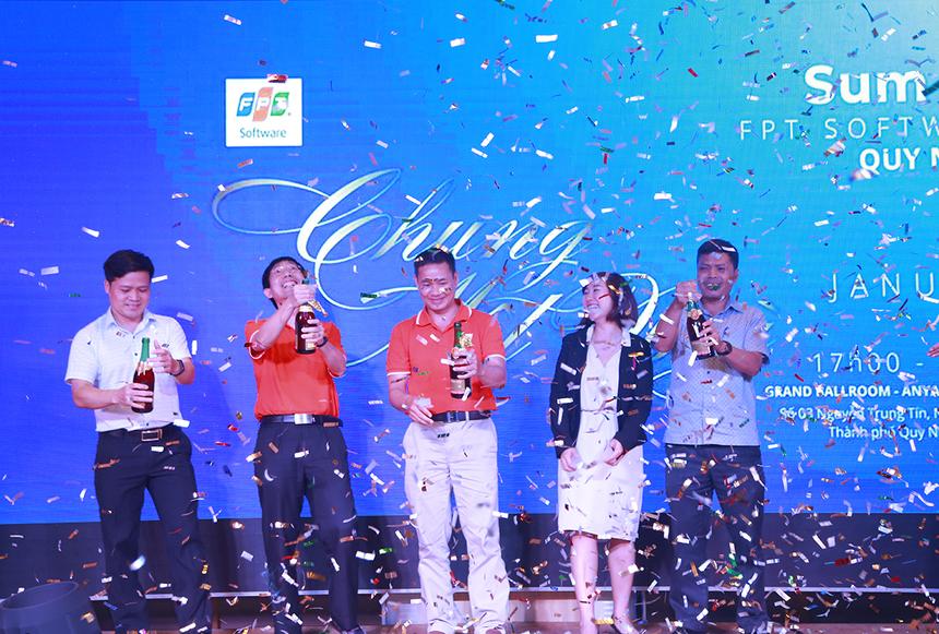 Lãnh đạo FPT và tỉnh Bình Định cùng nhau mở sâm banh để khai tiệc tổng kết năm 2019. Thời gian đến, đơn vị tiếp tục mở rộng thị trường và tăng số lượng nhân sự.