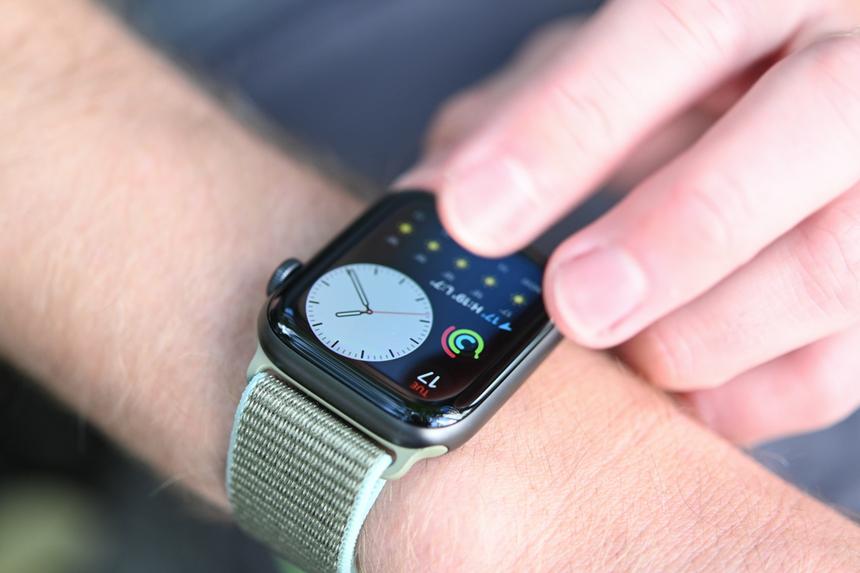 Đồng hồ thông minh xuất sắc: Apple Watch Series 5. So với bản tiền nhiệm, Watch Series 5 không thay đổi nhiều về thiết kế nhưng được bổ sung thêm bản titan và gốm. Ngoài ra, model này cũng được trang bị thêm loạt công nghệ hữu ích, như màn hình Always-on, la bàn, lưu trữ ID y tế, thực hiện cuộc gọi khẩn cấp mà không cần smartphone bên cạnh.Apple Watch Series 5 cũng được cải thiện về hiệu năng pin, giúp thiết bị có thể hoạt động thoải mái trong một ngày.
