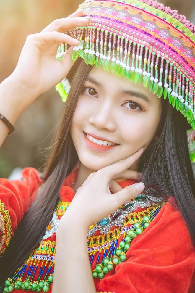 Cô gái sinh năm 2002 hiện là học sinh THPT Duy Tân, tỉnh Quảng Nam. Nữ sinh nhiều năm liền là học sinh giỏi, có năng khiếu nhảy múa và ước mơ trở thành tiếp viên hàng không.