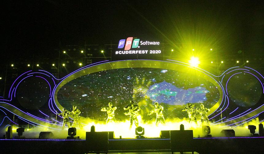 Hiệp 1 trận đấu giữa Việt Nam và UAE khép lại cũng là lúc bữa tiệc âm thanh và ánh sáng của Sum-up FPT Software Đà Nẵng bắt đầu. Những tiết mục văn nghệ được dàn dựng công phu và đậm chất công nghệ được thể hiện trên sân khấu. Tất cả tái hiện lại quá trình hình và phát triển của FPT Software nói chung và Đà Nẵng nói riêng.