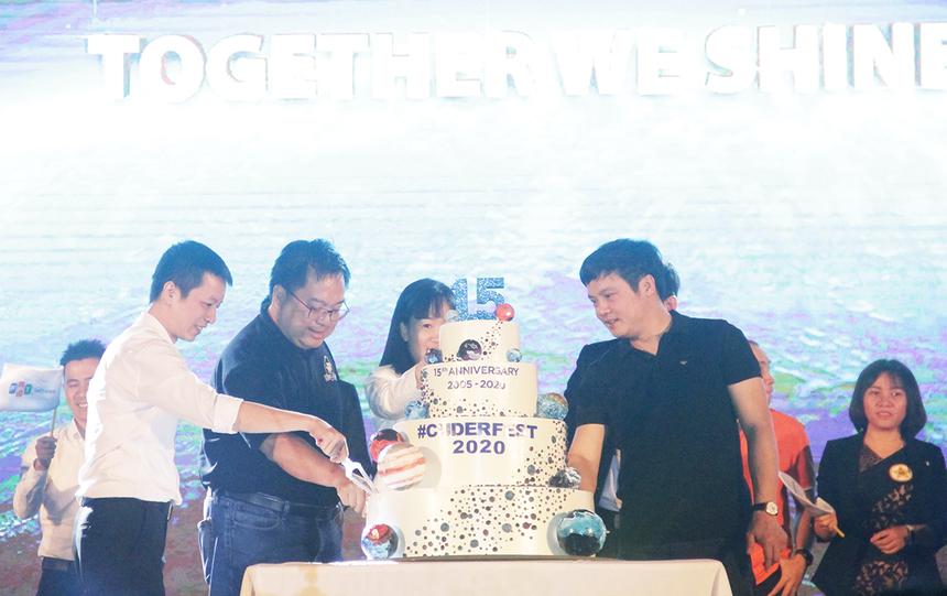 CEO FPT Nguyễn Văn Khoa và Chủ tịch FPT Software Đà Nẵng cùng các lãnh đạo thực hiện nghi thức thổi nến và cắt bánh sinh nhật chào mừng tuổi 15.