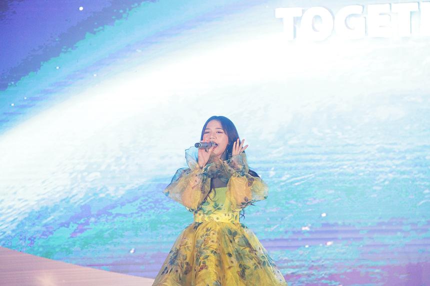 Ca sĩ Amee là giọng ca khách mời tại Sum-up FPT Software Đà Nẵng tối ngày 10/1. Cô nàng góp mặt trên sân khấu sau khi phần lễ kết thúc.