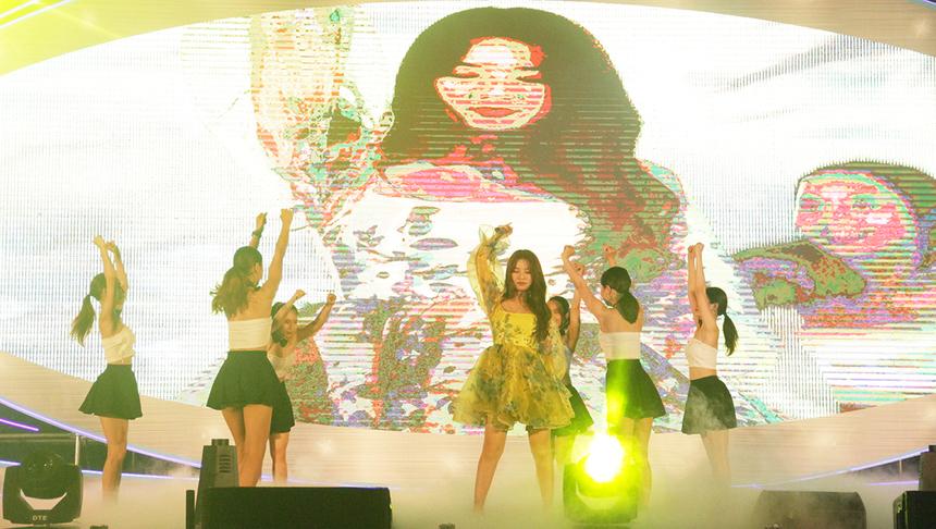 Nữ ca sĩ bước lên sân khấu trong chiếc đầm trẻ trung và gợi cảm quen thuộc. Sự góp mặt của Amee đã khiến bầu không khí tại chương trình tổng kết như được đẩy lên cao hết cỡ.