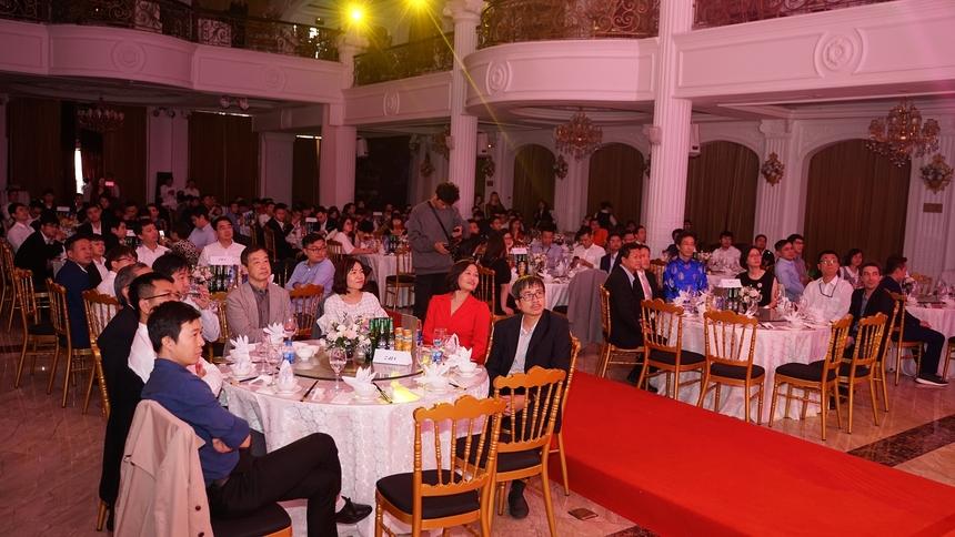 Hơn 300 CBNV xuất sắc đại diện cho hơn 2.500 nhân viên FHN được mời dự trong không gian ấm cúng của lễ vinh danh.