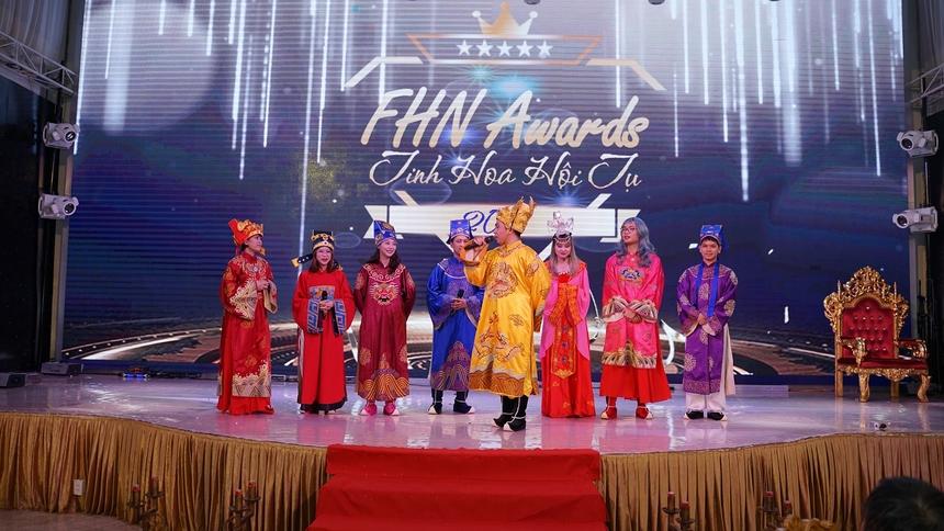 Không khí buổi lễ rộn rã tiếng cười với buổi chầu thiên đình cuối năm qua màn tái hiện của các thành viên FHN. Các Táo trong buổi chầu đã báo cáo các hoạt động 1 năm thu hoạch của FHN và có những hướng triển khai trong các năm tới.