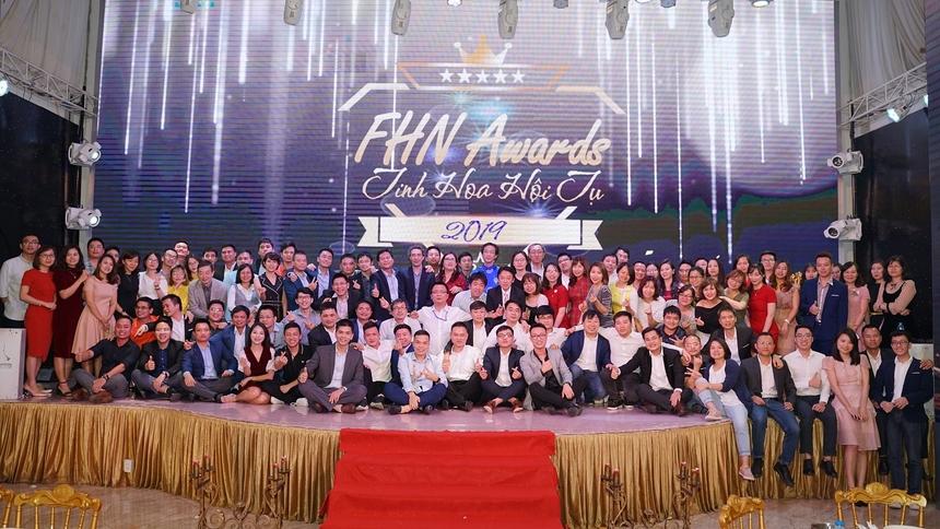 Các lãnh đạo FHN,đối tác, khách hàng, CBNV cùng chụp ảnh lưu niệm.