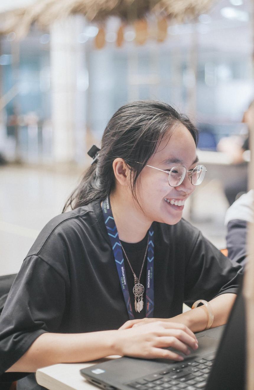 """Những sản phẩm công nghệ cao, khả năng code """"tài tình"""" có lẽ đã trở thành nét đặc trưng quá đỗi quen thuộc tại cuộc thi FPT Edu Hackathon, do đó sự xuất hiện của các bóng hồng đã trở thành điểm nhấn đặc biệt tại sân chơi lập trình những tưởng chỉ dành cho các nam sinh. Năm nay, FPT Edu Hackathon 2019 có sự tham gia của 7 thí sinh nữ đến từ các đơn vị trong Tổ chức, trong đó có tới 3/7 bạn là giữ vai trò làm đội trưởng."""