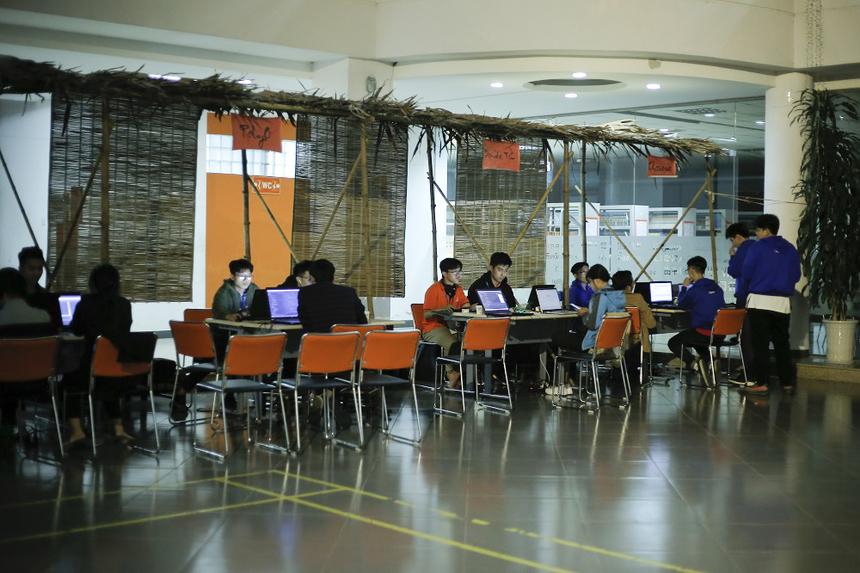 """Chung kết FPT Edu Hackathon năm nay diễn ra trong 2 ngày 11 và 12/1 tại campus Hòa Lạc. Và """"xuyên đêm ngồi code"""" đã trở thành một nét đặc trưng rất dễ nhận ra của cuộc thi này."""