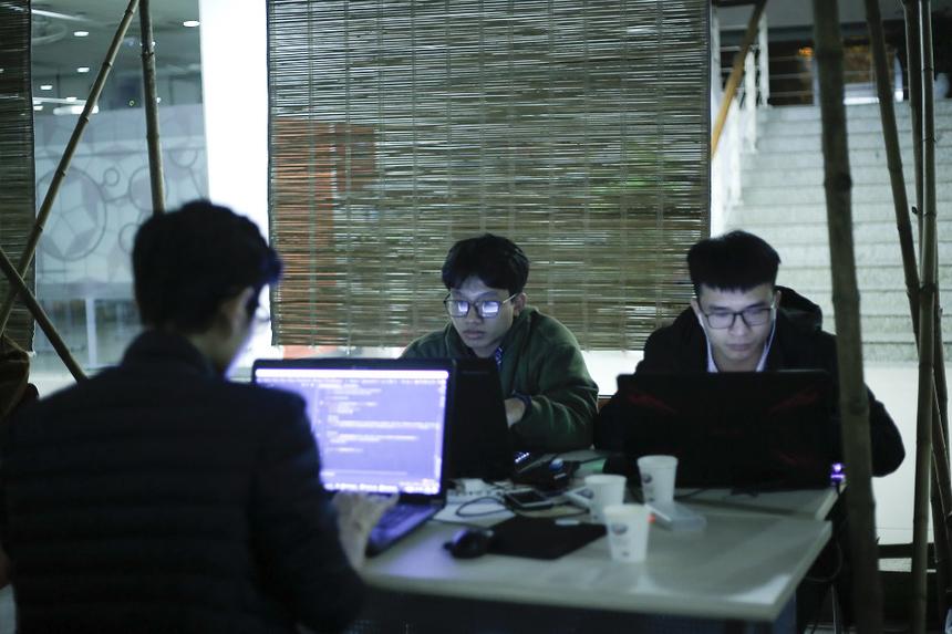 Dù khuya, dù lạnh, nhưng vẫn chẳng có điều gì ngăn cản được nhiệt huyết của các coder trên hành trình chinh phục ngôi vương của FPT Edu Hackathon 2019.