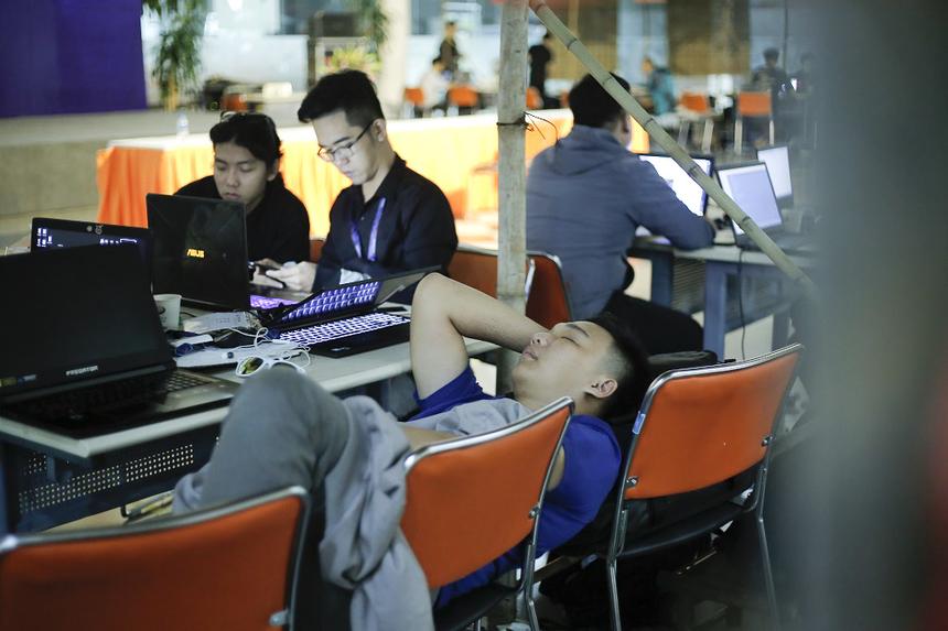 """Các thí sinh trong cùng một đội thường luân phiên nhau nghỉ ngơi. Ngả ghế là giường, cánh tay là gối. Cứ như vậy vài chục phút để lấy lại sức, tiếp tục """"code marathon""""."""