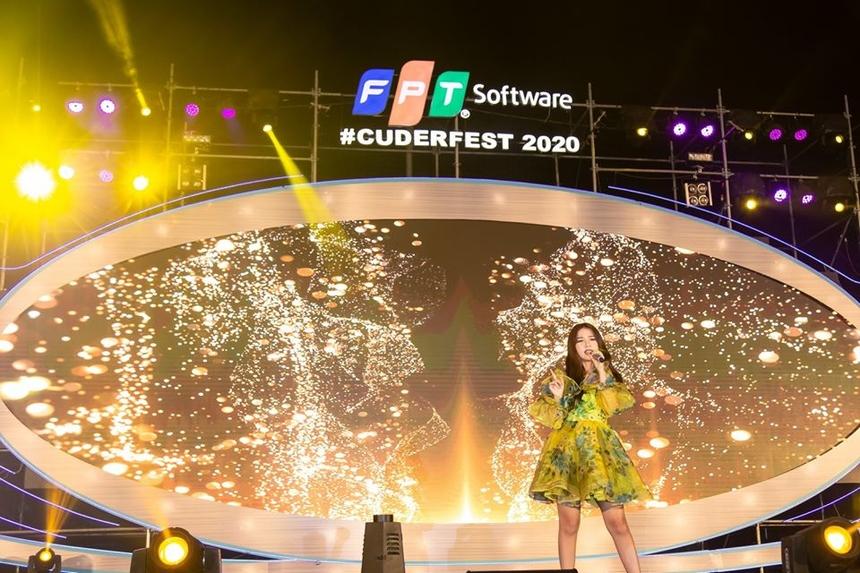 """Nữ ca sĩ Amee tiếp quản sân khấu với những ca khúc làm nên tên tuổi như """"Anh nhà ở đâu thế?"""" hay """"Đen đá không đường""""... Trong chiếc đầm trẻ trung và gợi cảm quen thuộc, cô nàng sinh năm 2000 chiếm trọn tình cảm của người FPT Software Đà Nẵng."""