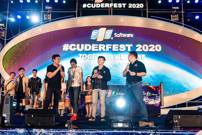 Như thường lệ, Sum-up được chờ đợi với phần bốc thăm trúng thưởng. CEO FPT Nguyễn Văn Khoa và Chủ tịch FPT Software Đà Nẵng trao chiếc iPhone 11 Pro Max trị giá 34 triệu đồng cho nam nhân viên may mắn.