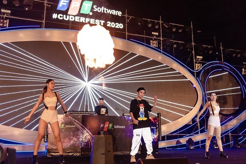 Đêm nhạc không thể thiếu giai điệu DJ. DJ HuyDX và Rapper Ken khiến sân bóng Massda như muốn nổ tung cảm xúc.