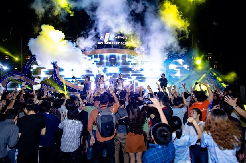 Hàng nghìn người FPT Software Đà Nẵng rời khỏi ghế ngồi để tiến về phía sân khấu.
