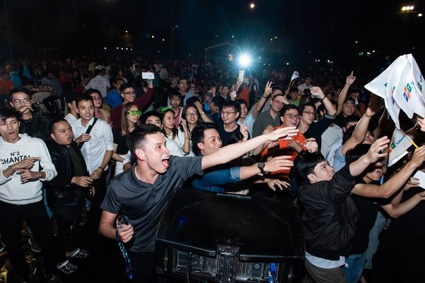 Ban tổ chức tiếp thêm năng lượng cho đêm nhạc bằng những lá cờ FPT Software.