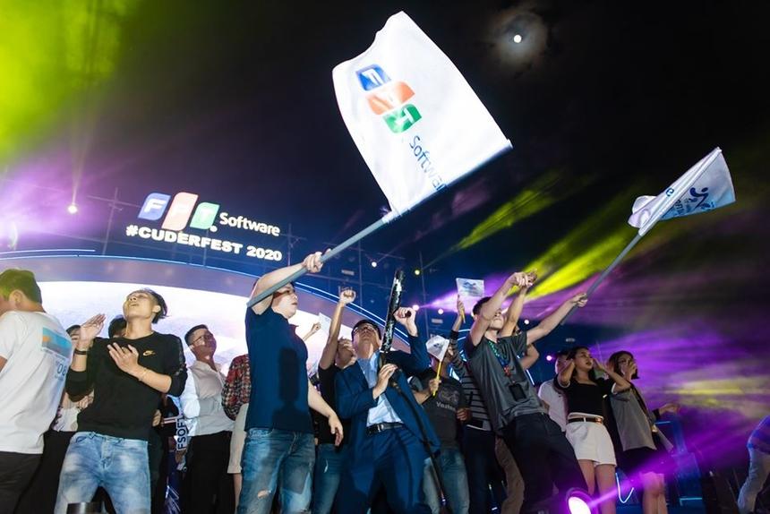 Càng về khuya, người FPT Software Đà Nẵng không ngần ngại 'cháy' hết mình, chậm chí tiến lên sân khấu.