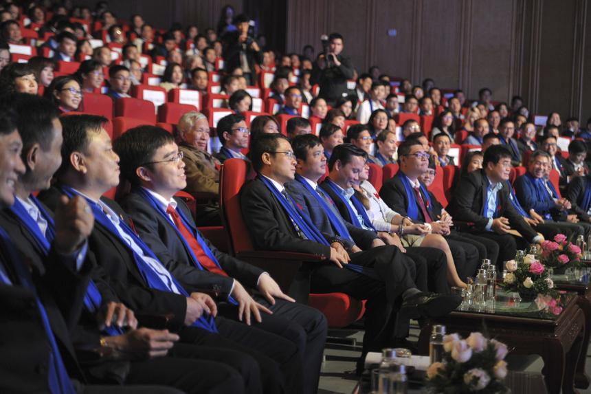 Phía hàng ghế lãnh đạo có sự xuất hiện của TGĐ FPT Nguyễn Văn Khoa, Chủ tịch FPT IS Dương Dũng Triều, TGĐ FPT IS Nguyễn Hoàng Minh, Giám đốc Nhân sự FPT Chu Quang Huy, Giám đốc Truyền thông FPT Bùi Nguyễn Phương Châu cùng nhiều lãnh đạo khác của nhà Hệ thống. Đặc biệt là sự góp mặt của đông đảo CBNV FPT IS cùng người thân.