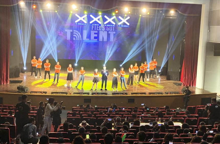 7h15, sân khấu nhà hát Âu Cơ bùng nổ với sự tham gia của hơn 300 khán giả là người thân, bạn bè, đồng nghiệp của các thí sinh. Mọi người đến từ rất sớm và tập trung đông đúc tại khu vực sảnh check-in. Nhiều băng-rôn, khẩu hiệu, hoa tươi được chuẩn bị mừng cho đêm chung kết FTEL's Got Talent.