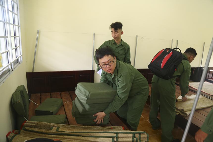 Trong hai ngày trải nghiệm môi trường quân đội, người Viễn thông Cà Mau không chỉ mặc trang phục chiến sĩ mà còn thực hiện những nội quy của trường quân sự tỉnh. ChịPhan Thị Thanh Thu - Giám đốc FPT Telecom Cà Mau hy vọng chương trình sẽ giúp các CBNV chi nhánh sẽ rèn luyện tinh thần kỷ luật sau, ý thức tự giác.