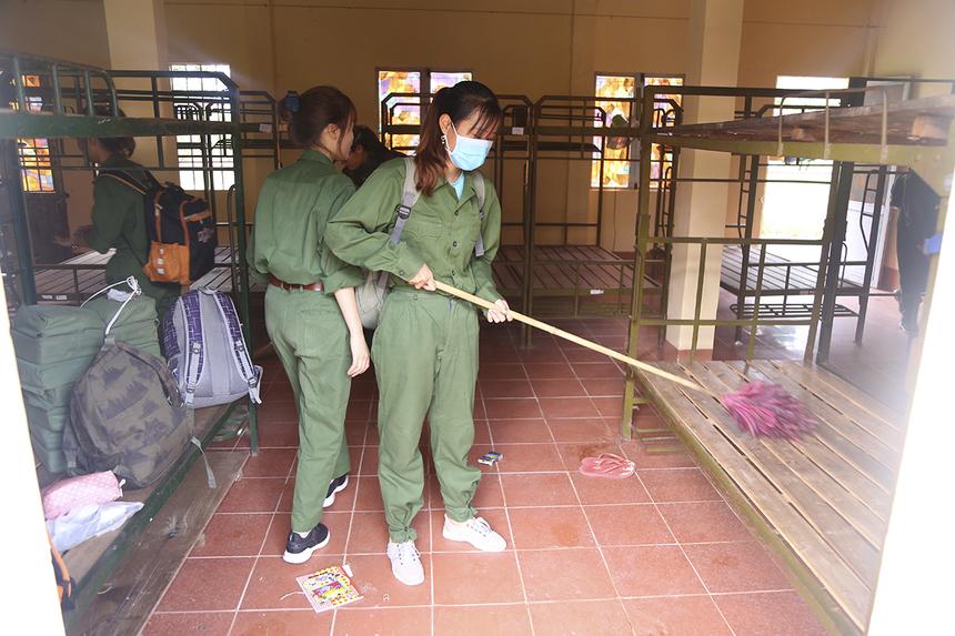 """Sau khi học tập nội quy, các """"chiến sĩ"""" tiến hành dọn dẹp chỗ ở và sắp xếp dụng cụ cá nhân theo quy định của nhà trường."""